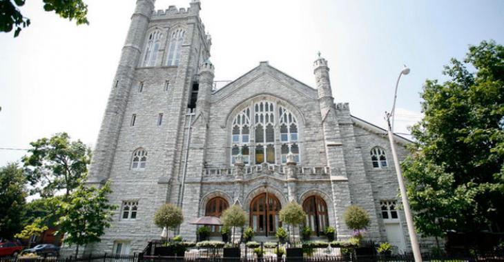 Pouvez-vous croire qu'il y a un penthouse dans la tour de cette église!
