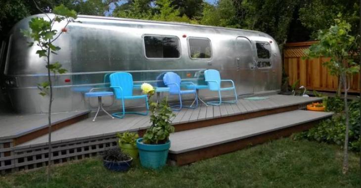 L'intérieur de cette vieille roulotte Airstream de 1969 épate avec son nouveau décor!