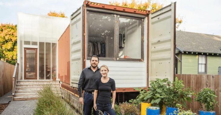 Un couple achète deux conteneurs pour moins de 5 000 $ et les transforme en une maison unique!