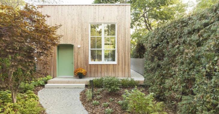Voyez comment un couple a décidé d'abandonner leur résidence principale pour vivre dans une mini-maison dans leur cour arrière.