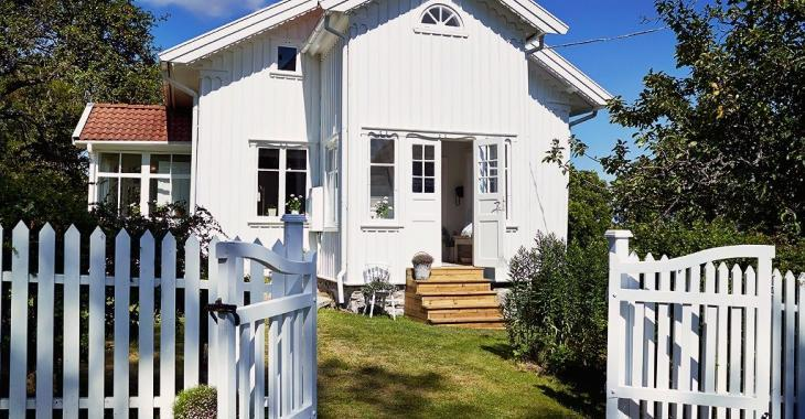 Comment trouvez-vous cette maison qui est décorée tout en blanc?
