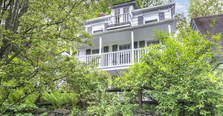 On demande 925 000 dollars pour cette maison de 1854 qui possède une cuisine aussi large qu'un corridor!