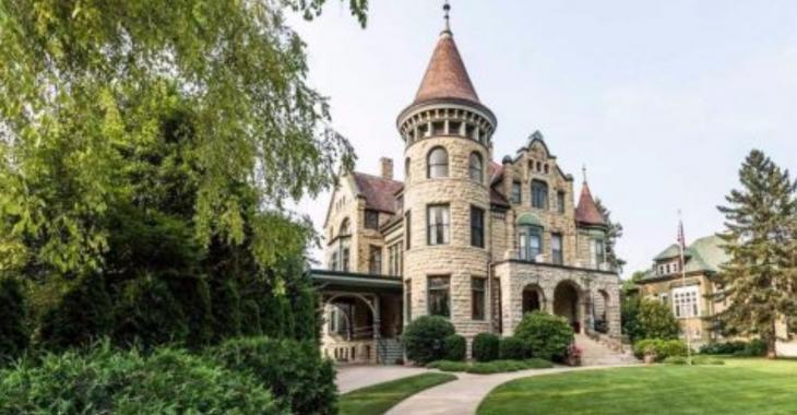 Visitez cette résidence de 1892 et admirez ses superbes boiseries!