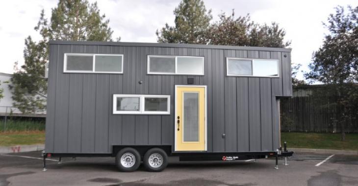 Cette mini-maison possède un intérieur chaleureux et surprenant!