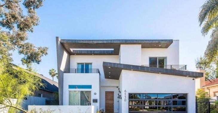 Devinez quelle célébrité paie 25 000 $ par mois pour habiter cette maison de West Hollywood.