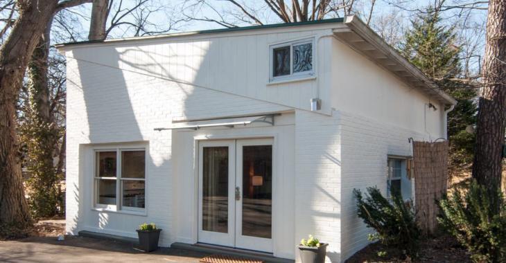Découvrez le cocon douillet qui se cache derrière cette façade blanche.