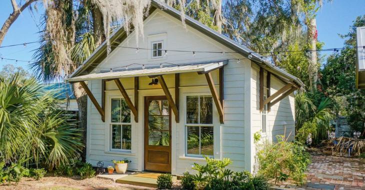 Coquette et sympathique, sont les mots qui nous viennent en tête après avoir visité cette maison à louer sur Airbnb