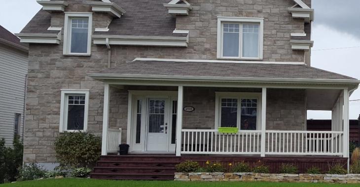 Jetez un coup d'œil à la cour arrière de cette maison à vendre
