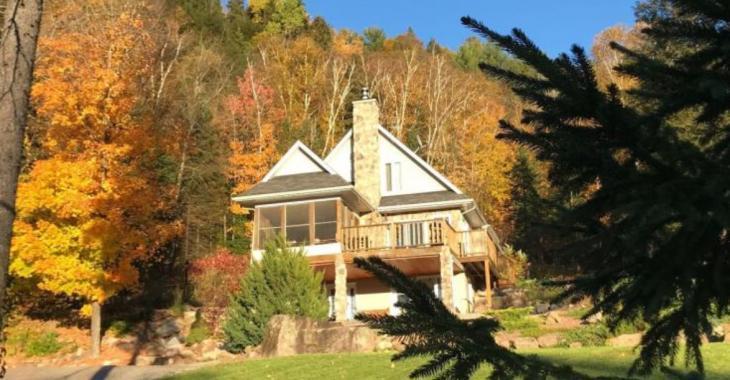 Cette résidence à vendre vous propose un site enchanteur avec une vue panoramique sur les montagnes avoisinantes