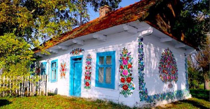Un petit village polonais est recouvert de fleurs peintes et c'est très joli!