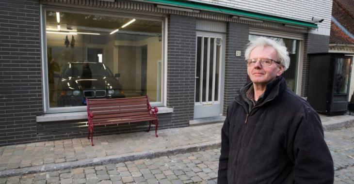 La ville lui interdit de se construire un garage, il contourne alors le règlement d'une façon brillante.