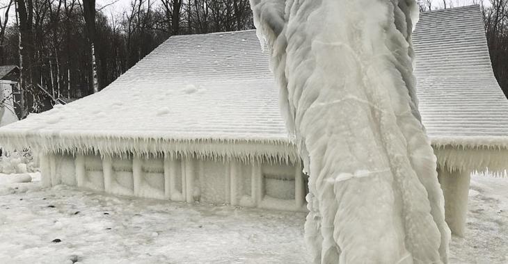 MÉTÉO EXTRÊME: Une maison recouverte d'une immense couche de glace après une tempête