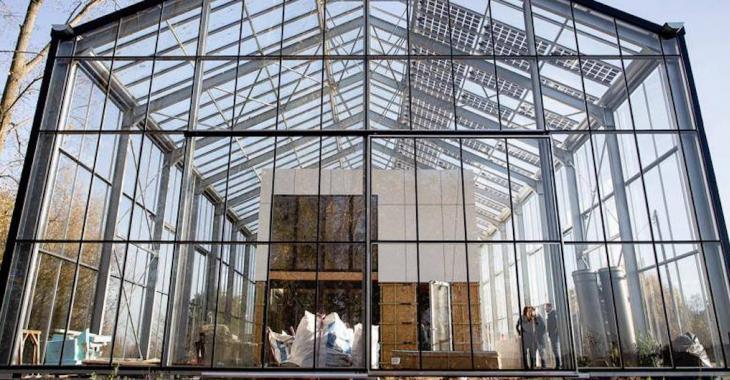 Une architecte belge se construit une maison dans une serre!