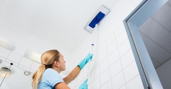 Voici comment nettoyer vos plafonds efficacement et sans vous éreinter