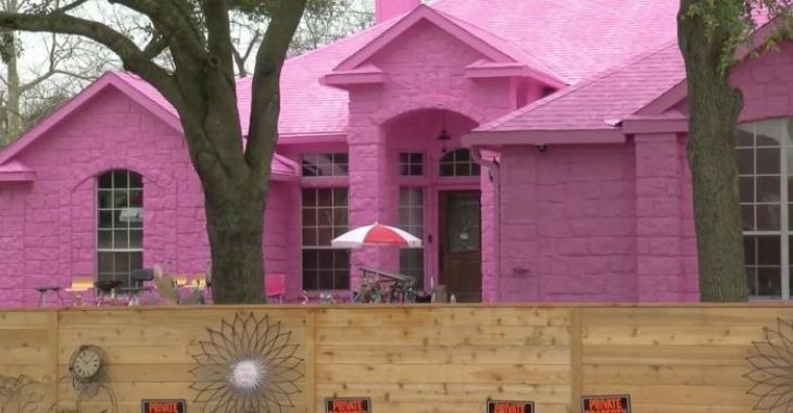 Un homme propriétaire d'une maison rose Pepto Bismol ne comprend pas pourquoi les voisins la détestent.