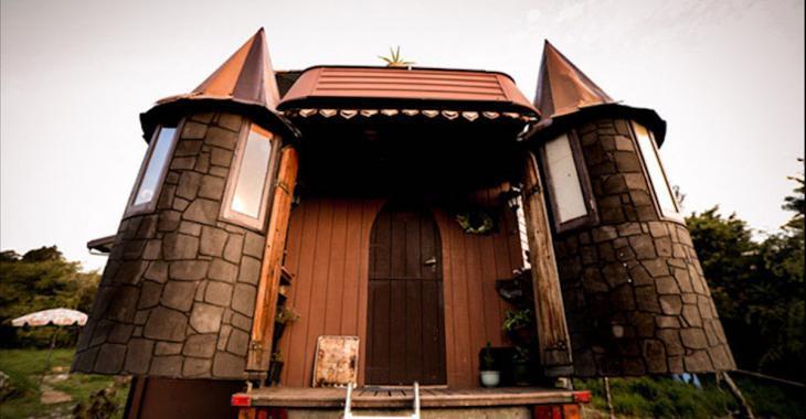 Ils en avaient assez de payer trop cher de loyer, alors ils ont métamorphosé un camping-car... en château!
