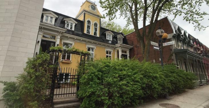 La première maison à avoir été érigée sur la rue de Grand-Pré, à Montréal,  est à vendre