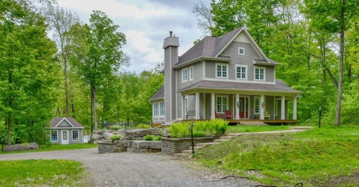 Vous avez besoin d'espace? Cette maison située sur un très vaste terrain pourrait vous plaire!