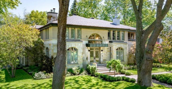 Maison de luxe entourée de verdure à Mont-Royal