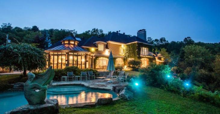 Cette maison sur le lac de près de 3 millions possède des atouts de taille, mais certaines pièces gagneraient peut-être à être redécorées...