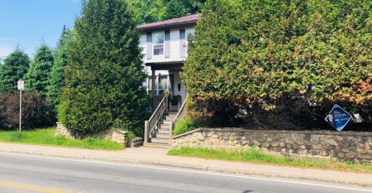 Ce cottage de 1929 vendu à assez bon prix peut aussi être une source de revenus