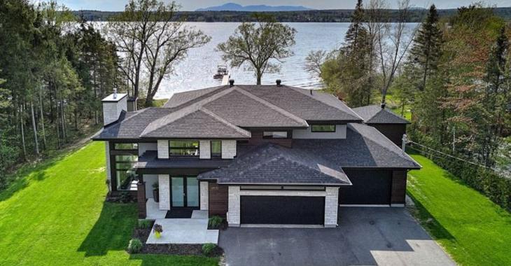 Découvrez cette superbe maison contemporaine avec vue sur le lac Magog et le Mont-Orford
