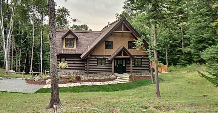 Maison en bois rond sur terrain de plus de 43 000 pi²  à vendre dans les Laurentides