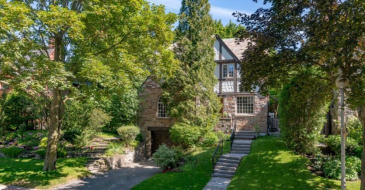 Cette demeure de style Tudor semble nichée au coeur de la nature, mais elle se trouve dans Westmount