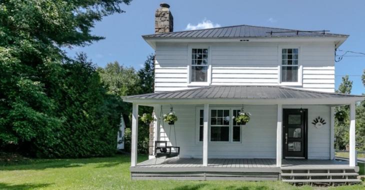 L'extérieur de cette maison de 1942 semble banal, mais l'intérieur vole la vedette!