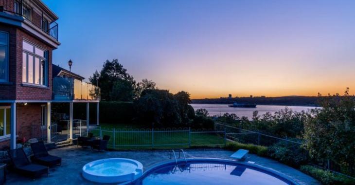 Cette vaste maison de plus de 5000 pi2 habitable offre une vue sensationnelle sur le fleuve!