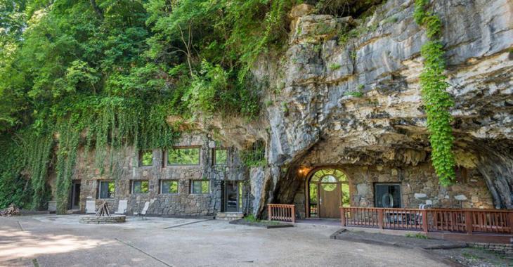 Autrefois un abri antiatomique, cette grotte abrite maintenant une résidence dont l'intérieur est à couper le souffle