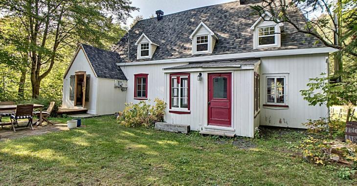 Coquette maison champêtre de 120 ans avec véritable cachet ancien à seulement 155 000$