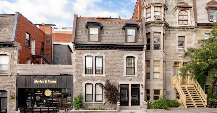 Transformée de manière spectaculaire, cette maison de 1885 à Montréal possède une terrasse sublime sur le toit