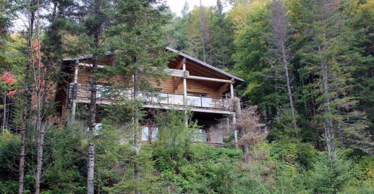 Le parfait chalet style canadien en bois près d'une rivière existe... et il est maintenant à vendre!