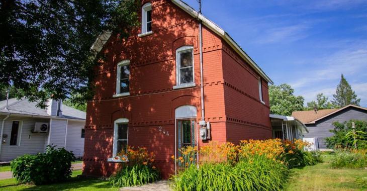 Vente de succession! Seulement 79 900$ pour cette grande maison à étages datant de 1900!