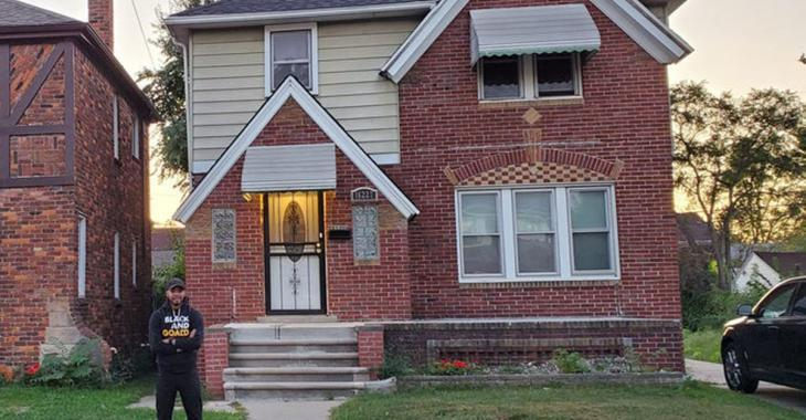 Il achète une maison abandonnée à 2100 $ puis la rénove pendant 9 mois pour la donner à sa mère