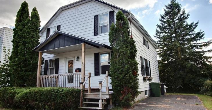 À 125 000$, cette charmante résidence de 1940 s'envolera rapidement!