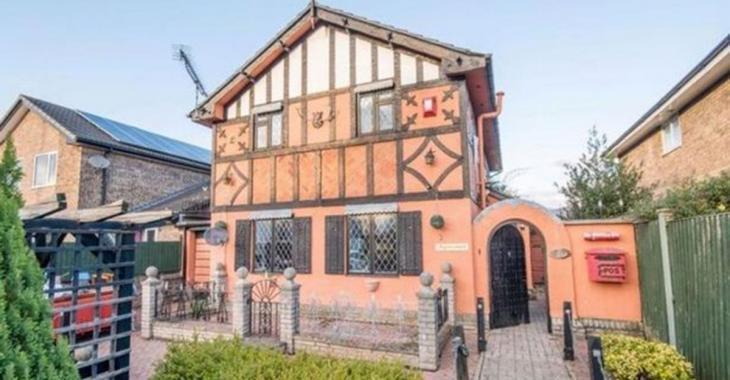 Une maison de 3 chambres transformée en château médiéval est à vendre