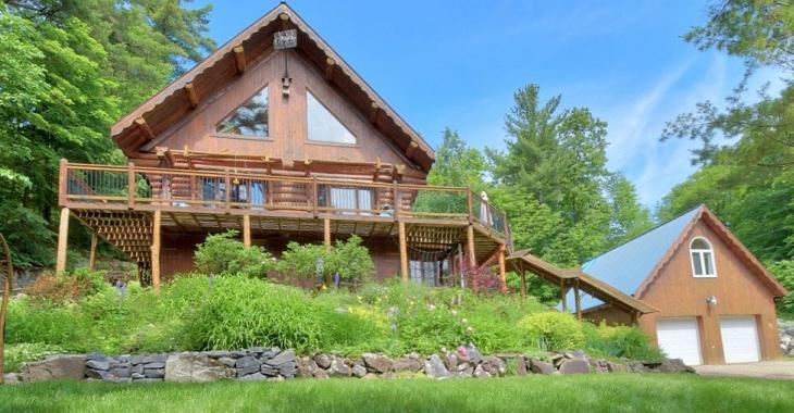 Construite par des artisans locaux, cette chaleureuse propriété en bois rond se trouve à 15 minutes de la ville