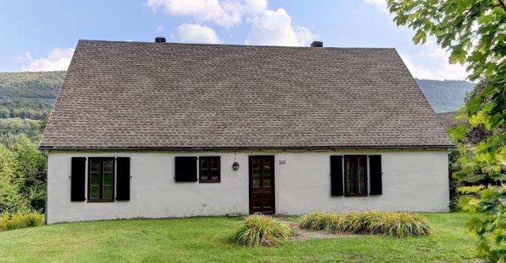Libre immédiatement! Spacieuse maison champêtre dont le prix demandé est 88 400$ sous l'évaluation