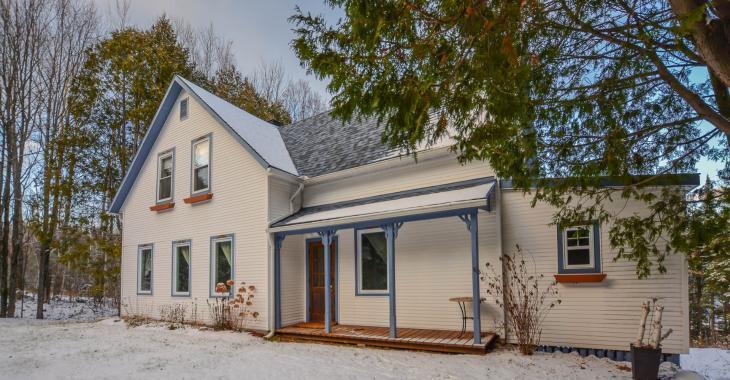Splendide maison centenaire de 13 pièces vendue presque toute meublée et avec vue sur le lac