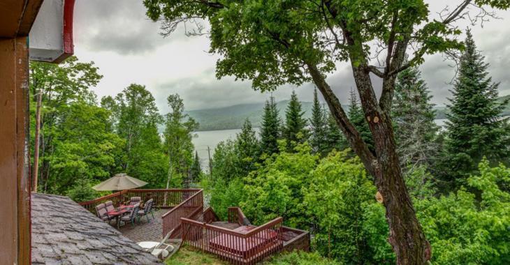 Ce chalet à mi-montagne dans Lanaudière offre une vue spectaculaire