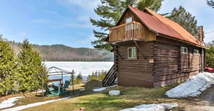 Le parfait cottage rustique des Laurentides avec vue panoramique sur les montagnes et sur un lac