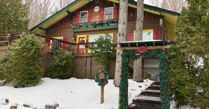 Digne d'un conte de Noël, ce chalet à vendre à moins de 220 000$ est un coin de paradis dans les Laurentides
