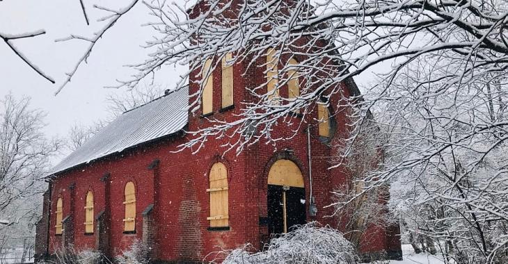 Autrefois une église reconvertie en studio pour le groupe Arcade Fire, cette propriété à vendre a connu de meilleurs jours