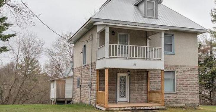 Derrière une façade ordinaire, cette maison de 159 900$ rénovée à la perfection est un bijou pour les yeux