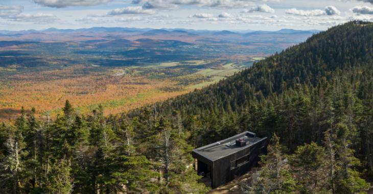 Que diriez-vous de passer la nuit dans ce mini-chalet perché dans l'un des plus beaux parcs du Québec?
