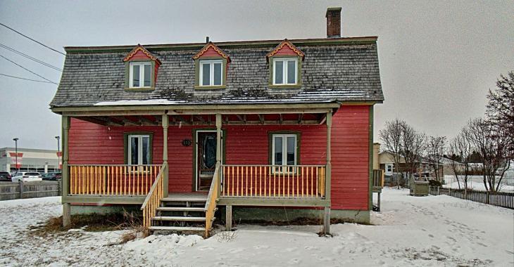 Magnifique maison de 1900 ornée de boiseries d'origine se vendant 185 000$