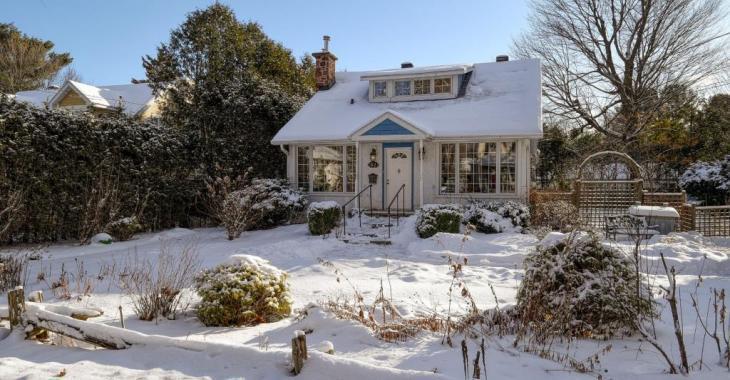 Ce cottage de 1920 est un sublime coin de paradis à 40 minutes de Montréal