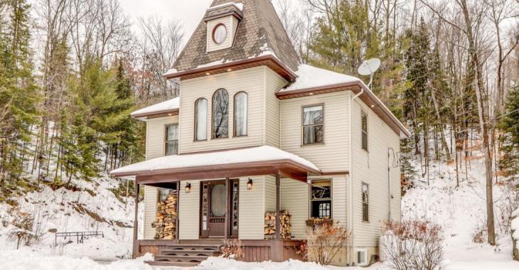 Cette remarquable maison offre la tranquillité assurée au coeur d'un vaste terrain boisé privé